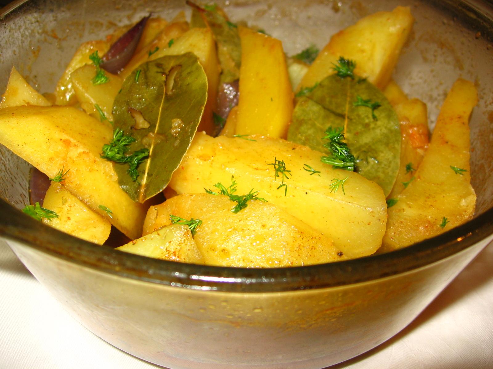 Cartofi inabusiti si aromati cu dafin