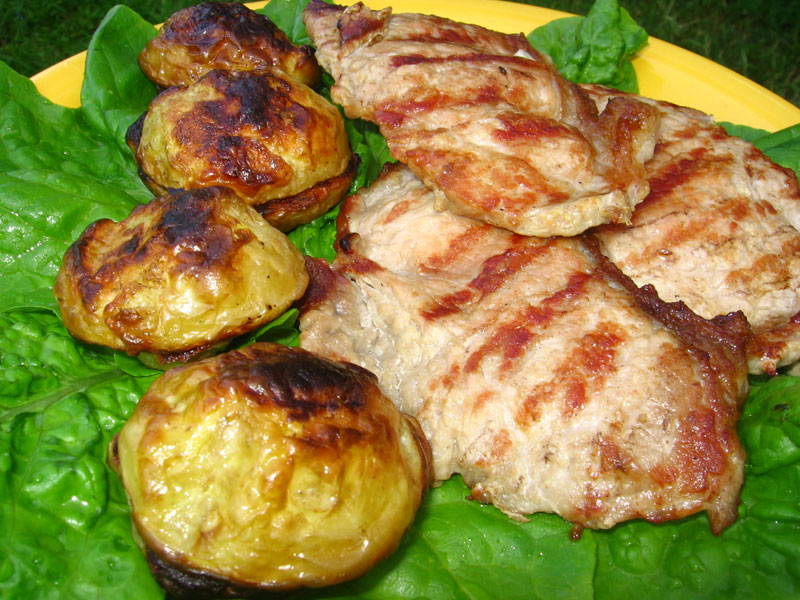 Cotlet de porc la gratar cu cartofi noi