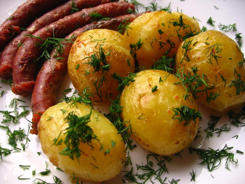 Carnaciori oltenesti cu cartofi noi la cuptor