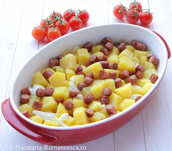 cartofi cu carnati la cuptor (2)