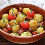 Cartofi noi la cuptor cu carnati