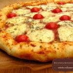 Pizza cu branza si rosii