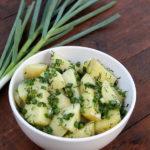 Salata de cartofi noi cu ceapa verde